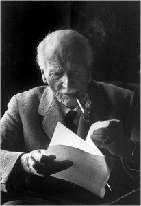 Carl Gustav Jung fue un médico psiquiatra, psicólogo y ensayista suizo, figura clave en la etapa inicial del psicoanálisis; posteriormente, fundador de la escuela de psicología analítica, también llamada psicología de los complejos y psicología profunda. Se le relaciona a menudo con Sigmund Freud, de quien fuera colaborador en sus comienzos. Jung fue un pionero de la psicología profunda y uno de los estudiosos de esta disciplina más ampliamente leídos en el siglo xx. Su abordaje teórico y clínico enfatizó la conexión funcional entre la estructura de la psique y la de sus productos, es decir, sus manifestaciones culturales. Esto le suscitó a incorporar en su metodología nociones procedentes de la antropología, la alquimia, la interpretación de los sueños, el arte, la mitología, la religión y la filosofía.